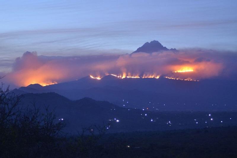 Combate a incêndio no Monte Kilimanjaro mobiliza 500 pessoas