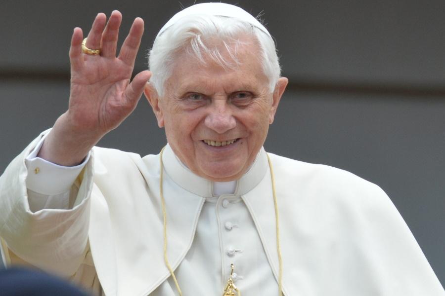 Ex-papa Bento 16 rompe silêncio sobre celibato após sínodo