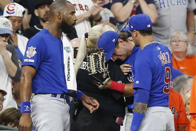 MLB: jogador de beisebol chora após acertar bolada em criança