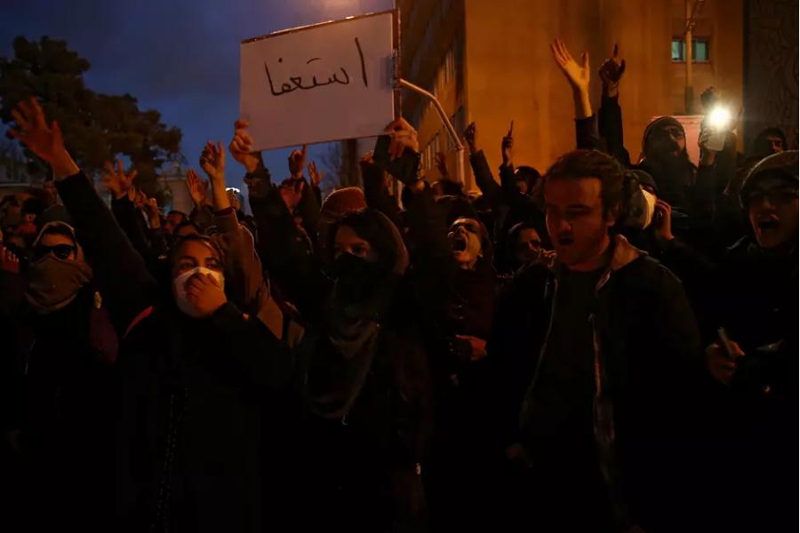 Iranianos protestam pelo terceiro dia após desastre de avião, mostram vídeos