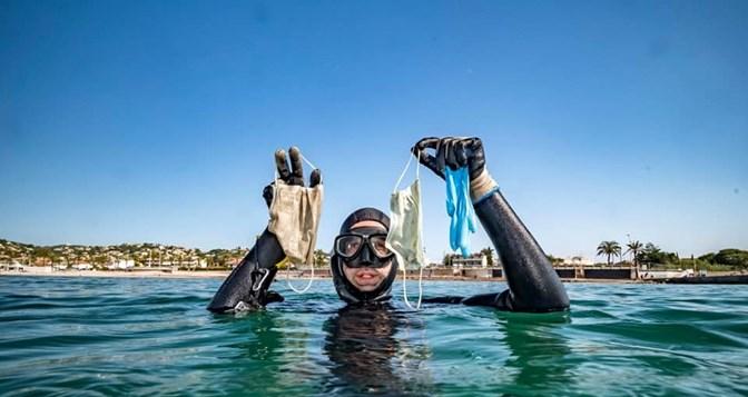WWF preocupada com o aumento de plástico no mar com máscaras e luvas