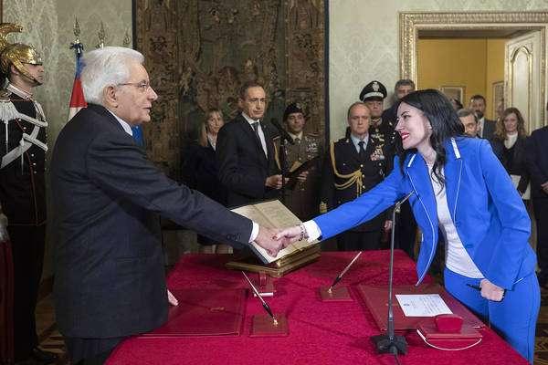 Ministra da Educação da Itália é acusada de plagiar tese