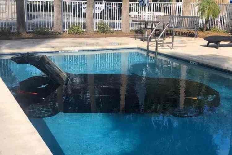 """Hóspede """"estaciona"""" carro dentro de piscina de hotel"""