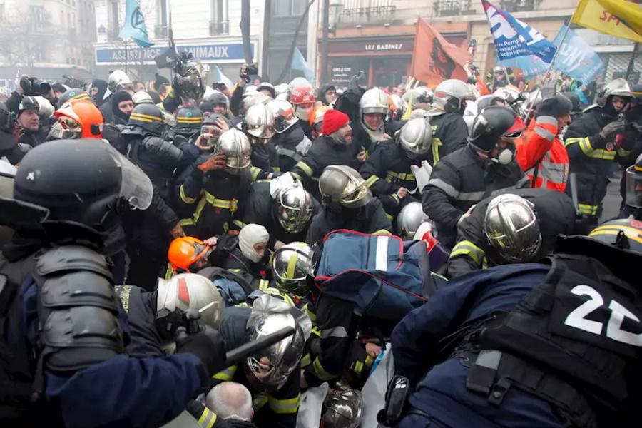 Confrontos entre bombeiros e a polícia em Paris