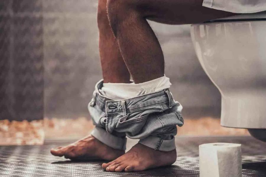 Posição saudável para homem fazer xixi