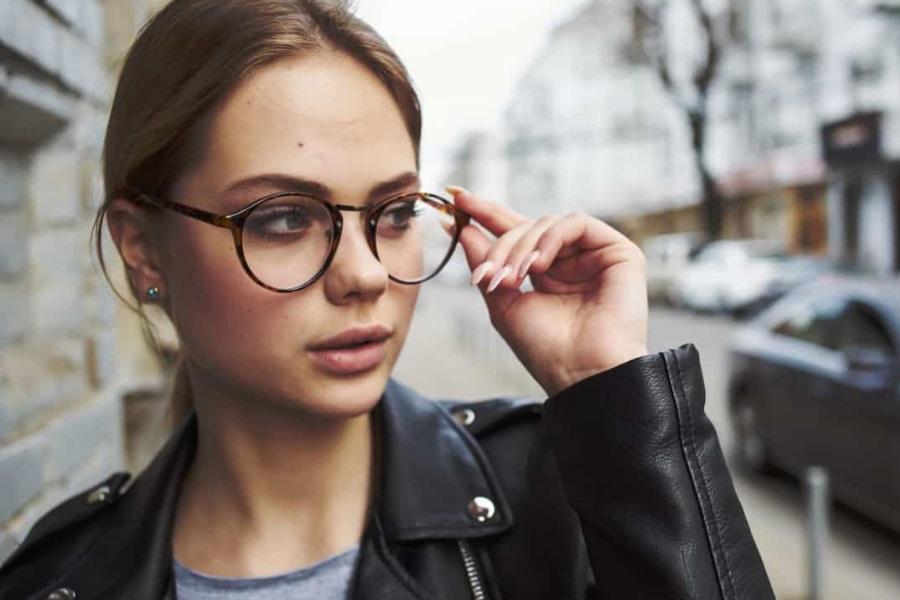 Será que usar óculos pode protegê-lo do coronavírus?