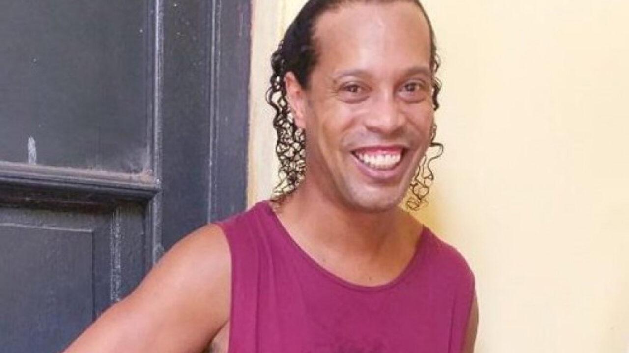 Primeira foto de Ronaldinho na prisão