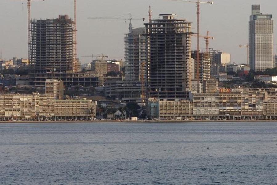 Sector petrolífero angolano suspende parte dos serviços