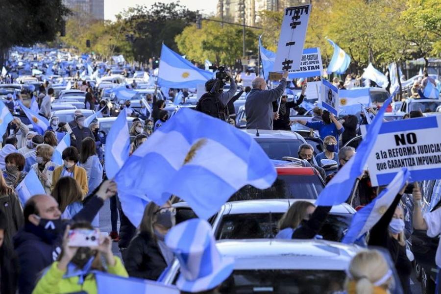 Argentinos participam em protestos