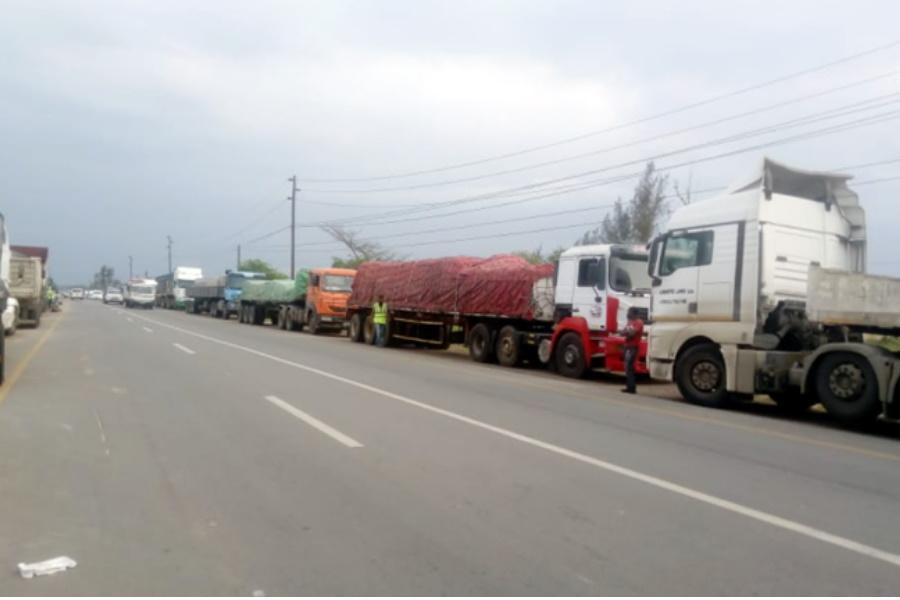 """Camionistas """"assaltam"""" EN1 para reivindicar melhores condições de trabalho"""