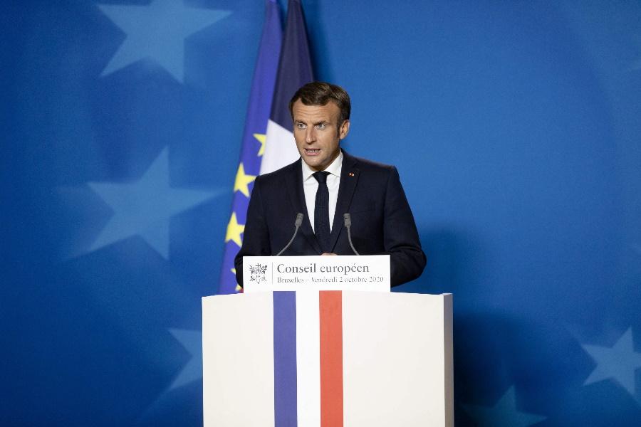 França: Emmanuel Macron anuncia recolher obrigatório
