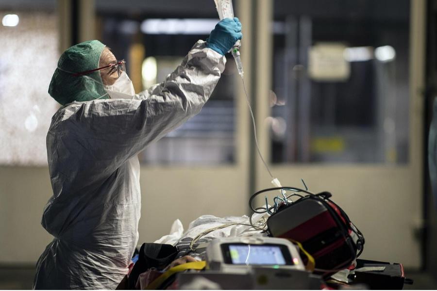 Na Itália: Ambulâncias viram quartos improvisados