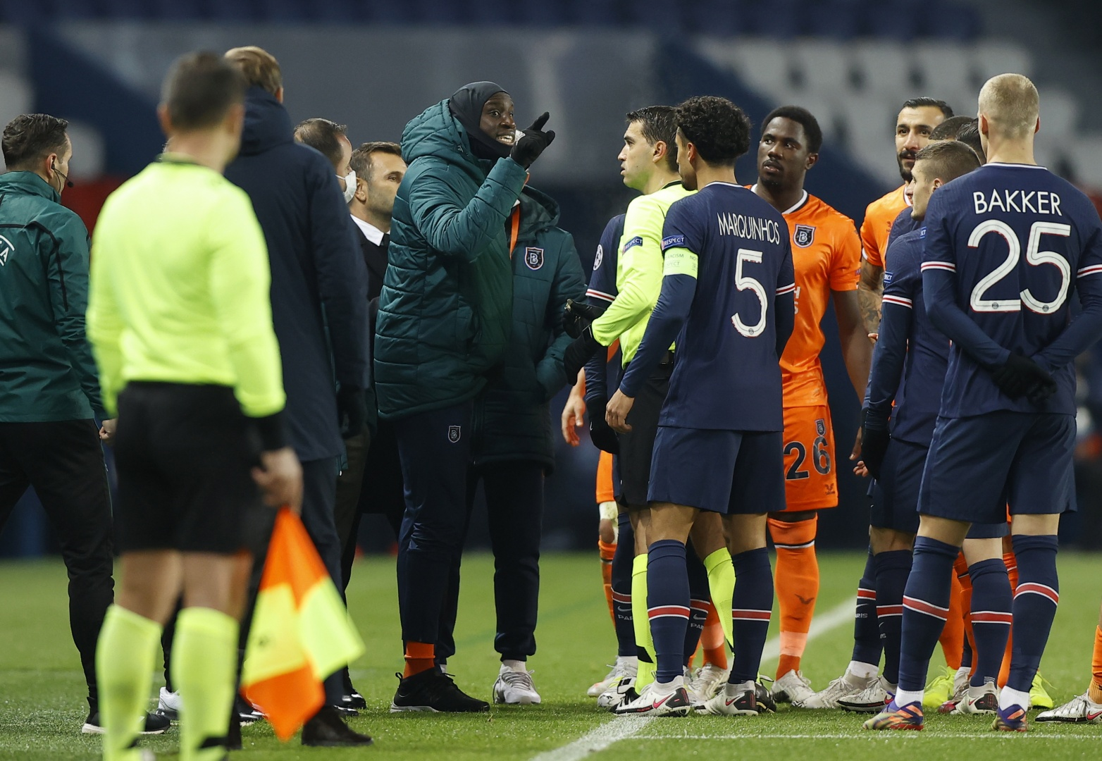Paris Saint-Germain-Basaksehir interrompido por alegado insulto racista
