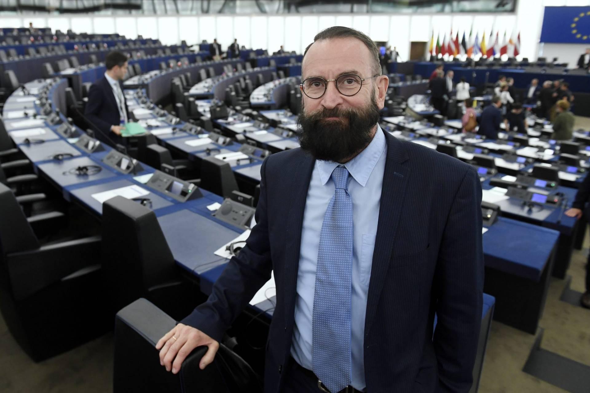 """Eurodeputado precursor da proibição do casamento gay na Hungria apanhado em """"orgia"""" homossexual"""