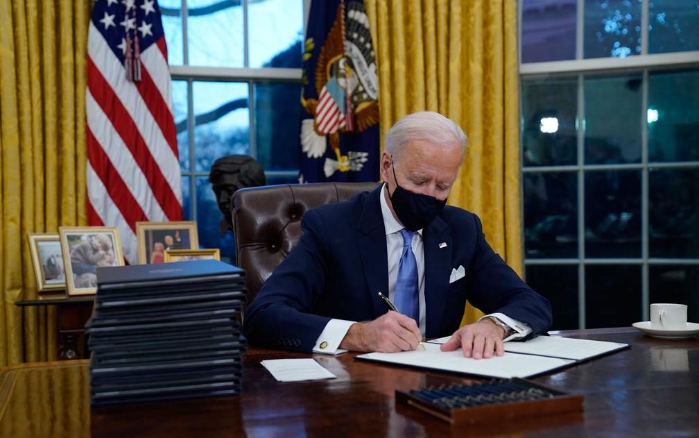 Depois da inauguração, Biden assinou várias ordens executivas com vista a desmantelar o legado do seu predecessor, Donald Trump