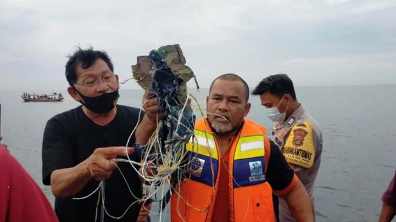 Avião da Indonésia com 62 pessoas, incluindo 10 crianças, caiu no mar minutos depois de descolar