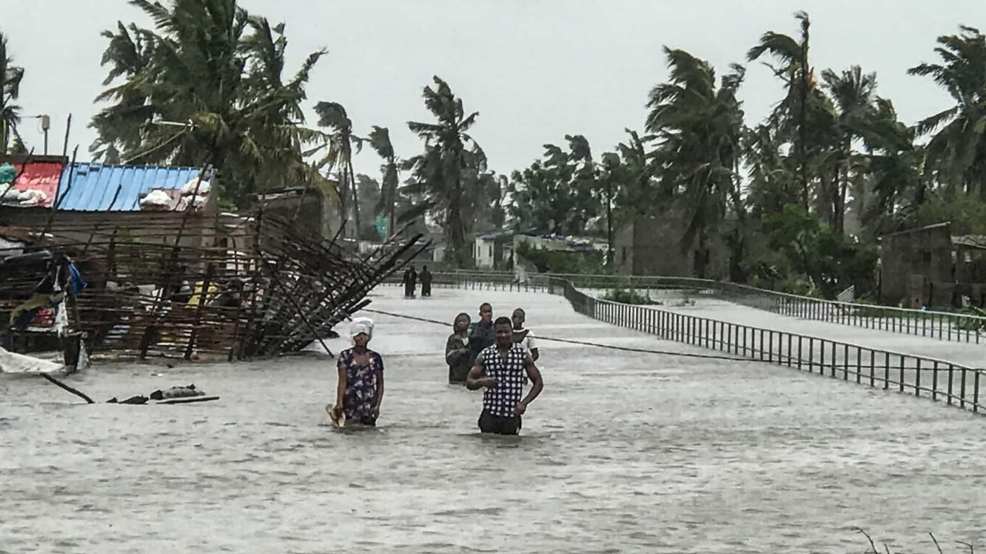 Proteção civil moçambicana alerta para a saída da população de zonas baixas devido à aproximação de uma depressão tropical.