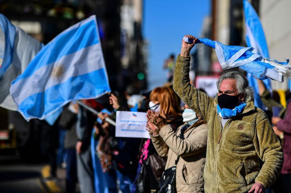 """Argentinos protestam  contra o escândalo da """"vacinação VIP"""""""