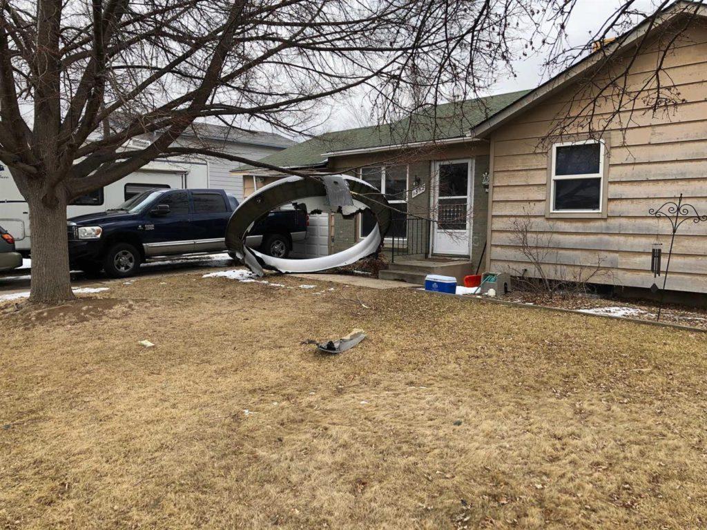 Motor de avião explode e destroços caem em zona residencial nos EUA