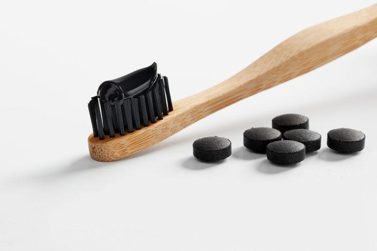 É por isto que não deve usar carvão ativado para branquear os dentes