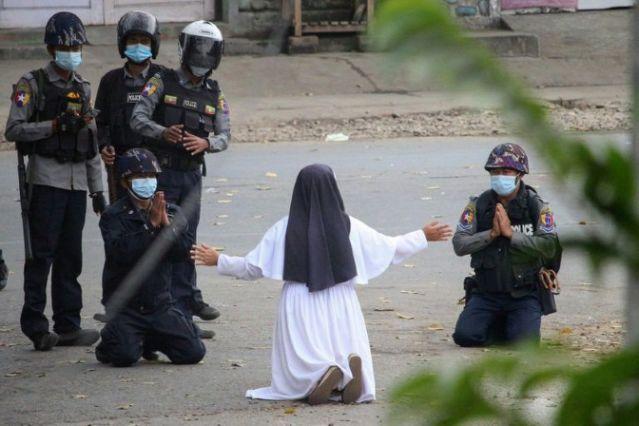 Myanmar: Freira ajoelhada em frente à polícia para pedir que não disparem contra os manifestantes
