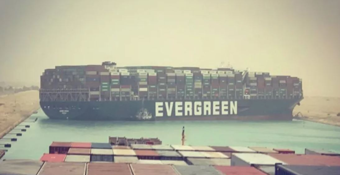 Um dos maiores navios porta-contentores do mundo encalhou e bloqueou o tráfego no Canal de Suez