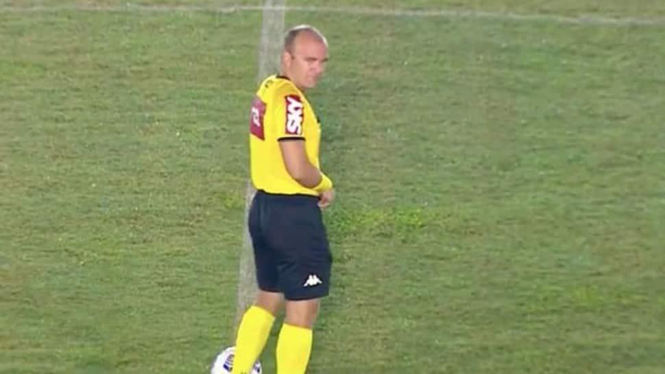 Árbitro brasileiro urina no meio de um campo de futebol