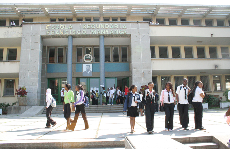 Governo anuncia reinício das aulas  mas mantém quase todas as restrições.