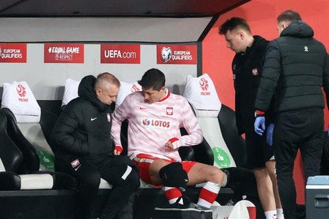 Com lesão de joelho, Lewandowski deixa a Polônia e vira dúvida para o Bayern