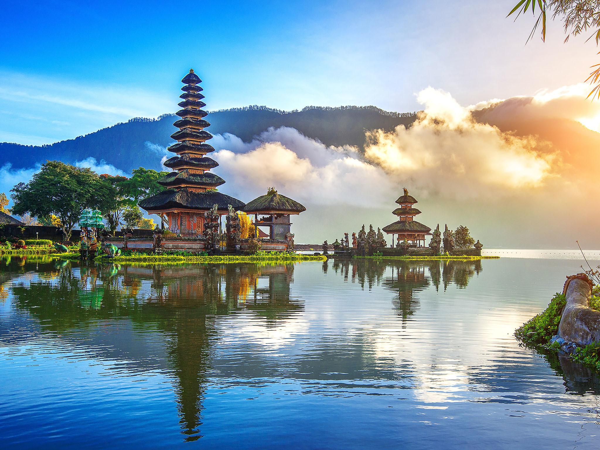 Bali: Um destino perfeito para admirar sublimes templos hindus adornados com flores e estátuas de pedra