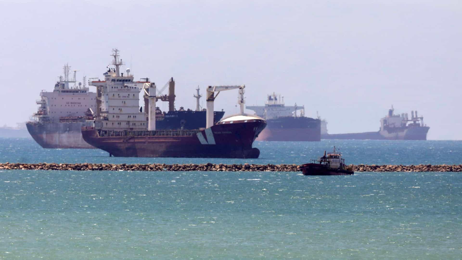 Navios já começaram a atravessar o Canal do Suez