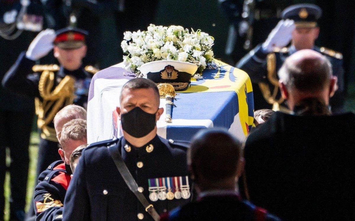 Príncipe Philip foi a enterrar numa cerimónia restrita a familiares