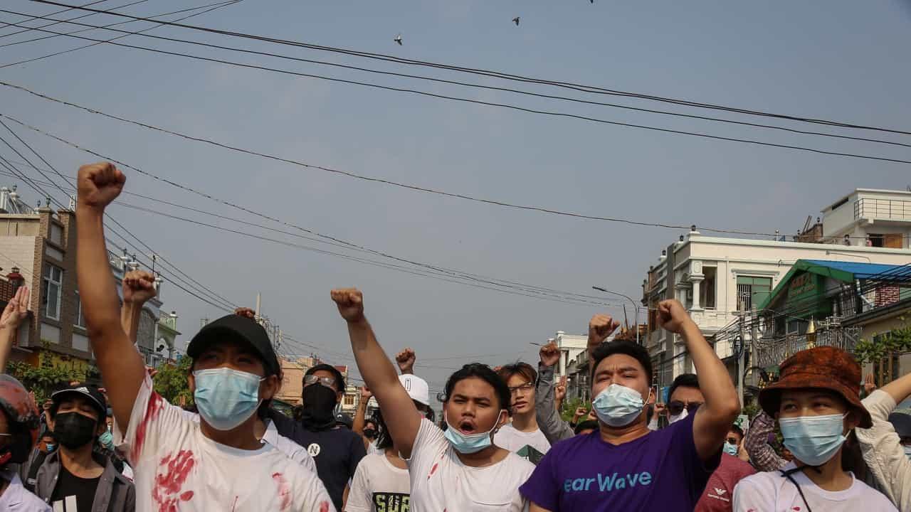 Exército de Myanmar termina protesto de pessoal médico com tiros