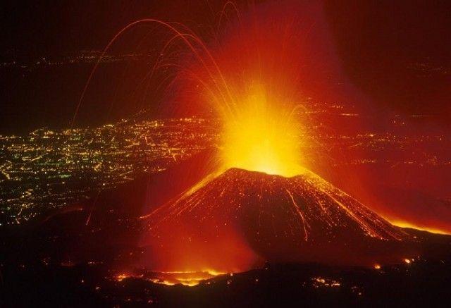 Erupção do vulcão Etna provoca encerramento do espaço aéreo no sul de Itália