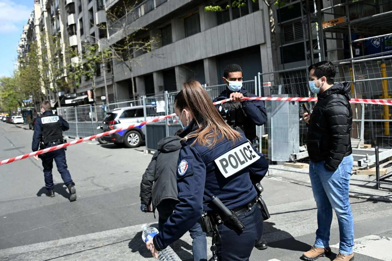 Um morto e um ferido a tiro à porta de hospital em Paris. Atirador em fuga