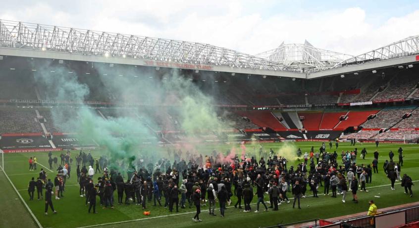Jogo entre Manchester United e Liverpool adiado após protestos em Old Trafford