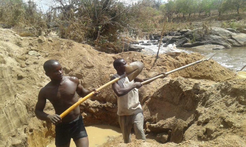 Garimpeiros arriscam a vida para sustentar famílias em Moçambique