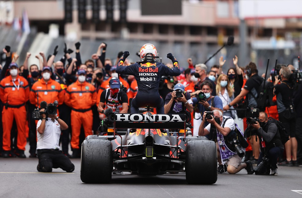 Verstappen vence pela primeira vez no Mónaco e partilha o pódio com Sainz e Norris
