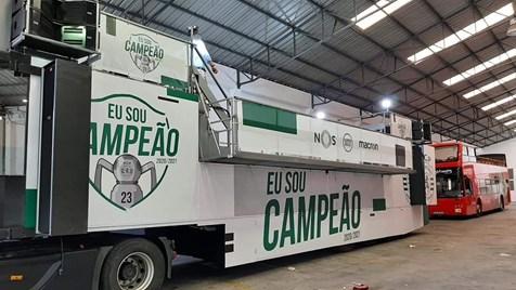"""Desporto: """"Eu sou campeão"""": autocarro já está 'pintado' para a festa."""