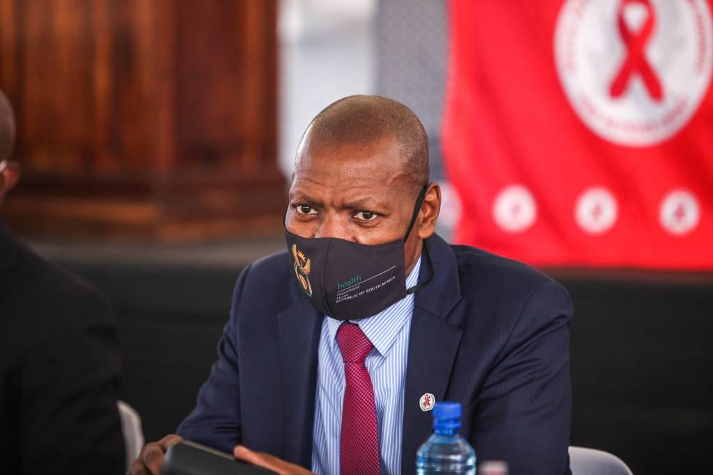 Covid-19: África do Sul investiga mais de 842,8 milhões de euros em corrupção na Saúde