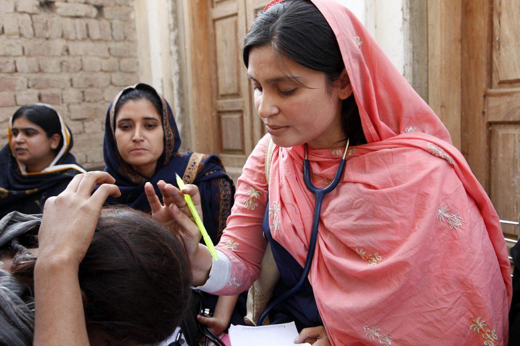 Ásia e Pacífico: Abusos levam mulheres a atear fogo no próprio corpo no Paquistão, diz estudo