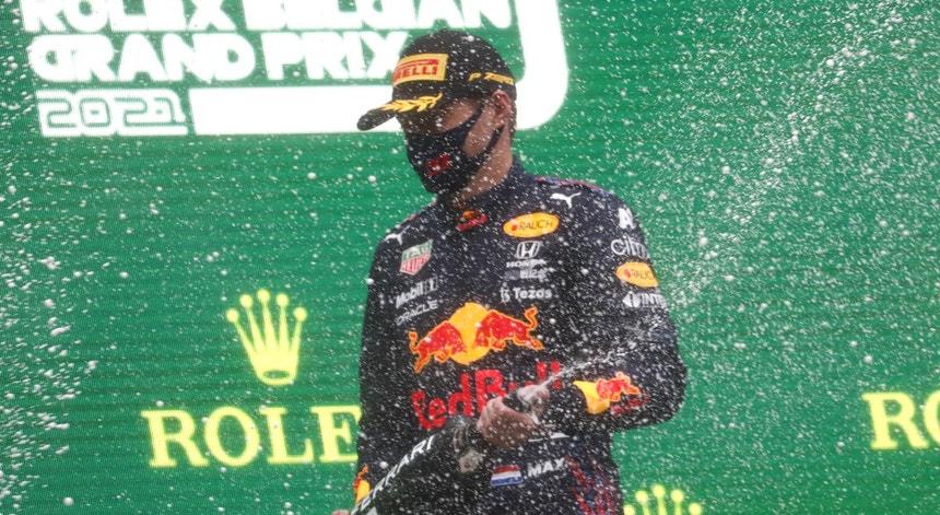 F1: Verstappen com meia vitória no GP mais curto de sempre