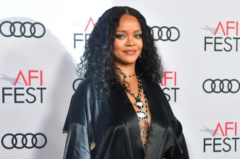 Famosos: Rihanna é oficialmente uma bilionária