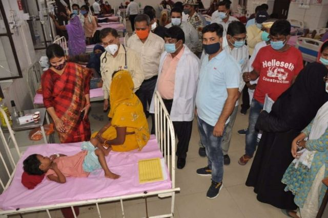 """Índia: """"febre misteriosa"""" provoca a morte de pelo menos 67 pessoas"""