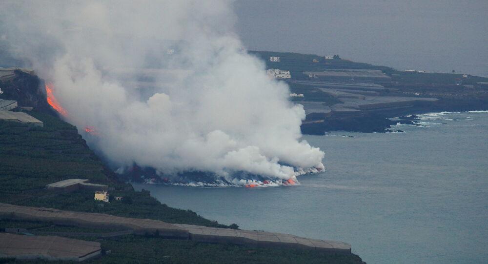 La Palma volcano: Medos de gás tóxico à medida que a lava chega ao oceano